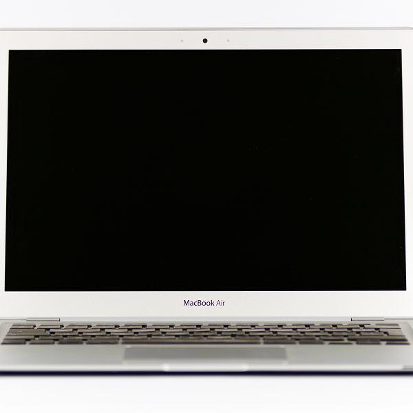 Apple odradza zasłanianie kamerek MacBooków na własną rękę
