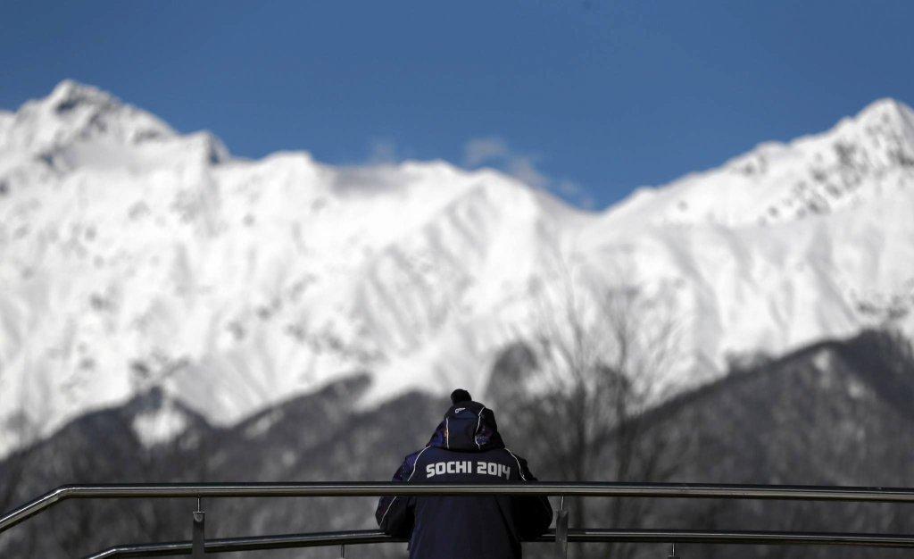 Funkcjonariusz ochrony ogląda trening saneczkarek