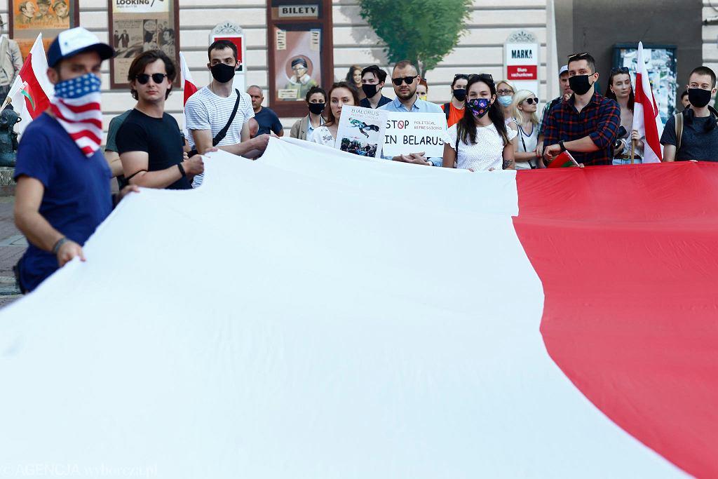 Białorusini w Łodzi zorganizowali akcję solidarności z Białorusinami, walczącymi w ich kraju o demokratyczne i wolne wybory. W Białorusi 9 sierpnia odbędą się wybory prezydenckie. Kontrkandydaci demokratyczni, w których pokładano nadzieję, zostali wtrąceni do więzienia lub uciekli z kraju przed represjami. Żona jednego z nich stanęło do walki z Aleksandrem Łukaszenką