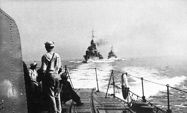 Trzy polskie niszczyciele, główna siła bojowa przedwojennej MW, w drodze do Wielkiej Brytanii w ostatnich dniach sierpnia 1939 roku. Odesłano je tam, ponieważ w obliczu nieuchronnej wojny z III Rzeszą na Bałtyku byłyby tylko celem. Gdyby wojna miała być z ZSRR, zostałyby na miejscu