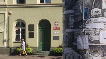 Kontrowersje wokół słupa ogłoszeniowego w Mosinie. Burmistrz kazał zasłonić pracę artysty. Teraz przeprasza