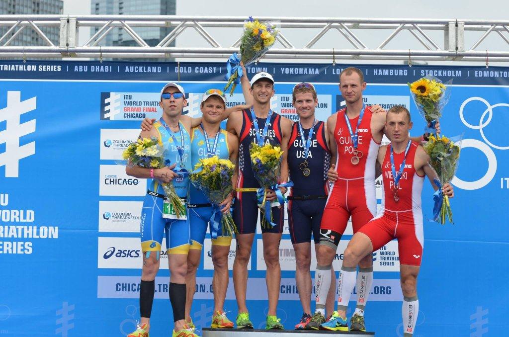 Łukasz Wietecki z przewodnikiem Tomaszem Domagałą na podium Mistrzostw Świata Paratriathlonu