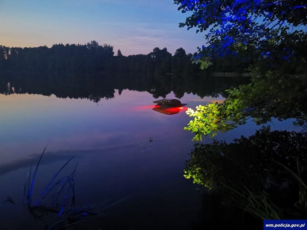 Olsztyn. Pijany kierowca wjechał do jeziora, cudem wyszedł z zatopionego auta. Później chował się w zbożu