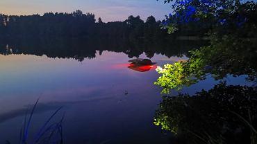 Olsztyn.  El conductor ebrio se metió en el lago y, milagrosamente, dejó el auto que se hundía.  Luego se escondió en los cultivos