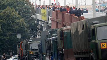 Białoruś. Tłumy idące na marsz oraz wojskowe pojazdy.