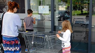 Handlowcy twierdzą, że przez zamknięcie sklepów w niedziele pracę straci co najmniej 10 tys. osób w centrach handlowych w Polsce