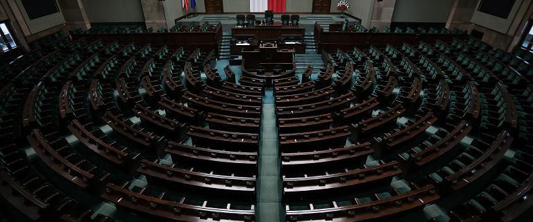 Posłowie przez miesiąc nie zbiorą się w Sejmie. I tak dostaną pensje