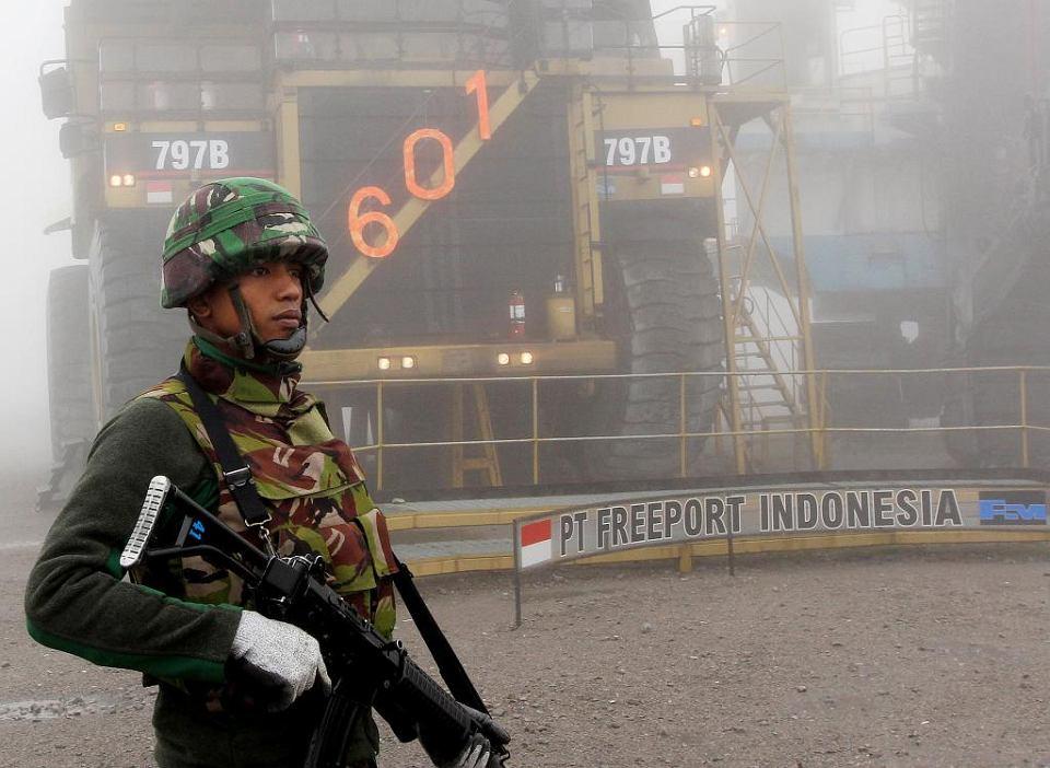 Państwowa ochrona. Indonezyjski żołnierz ochraniający sprzęt amerykańskiej firmy wydobywczej Freeport-McMoRan Inc. w kopalni miedzi złota Grasberg w prowincji Papua