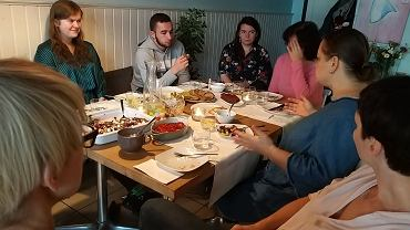 Fundacja Dialog z Białegostoku reaktywowała akcję  'Czym chata bogata - obiad nie tylko polski'. Można się do niej zgłosić, jako gospodarz albo gość. Chodzi o to, by przy wspólnym stole białostoczanie i imigranci przebywający w naszym mieście mogli się poznać i porozmawiać.  Na pierwszy taki obiad po reaktywacji w swoje progi, czyli do kawiarni Tortova zaprosiła Agnieszka Sokół.