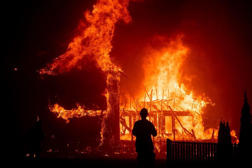 Zdjęcie z listopada 2018 r. Pożar w miasteczku Paradise w Kalifornii (Camp Fire).