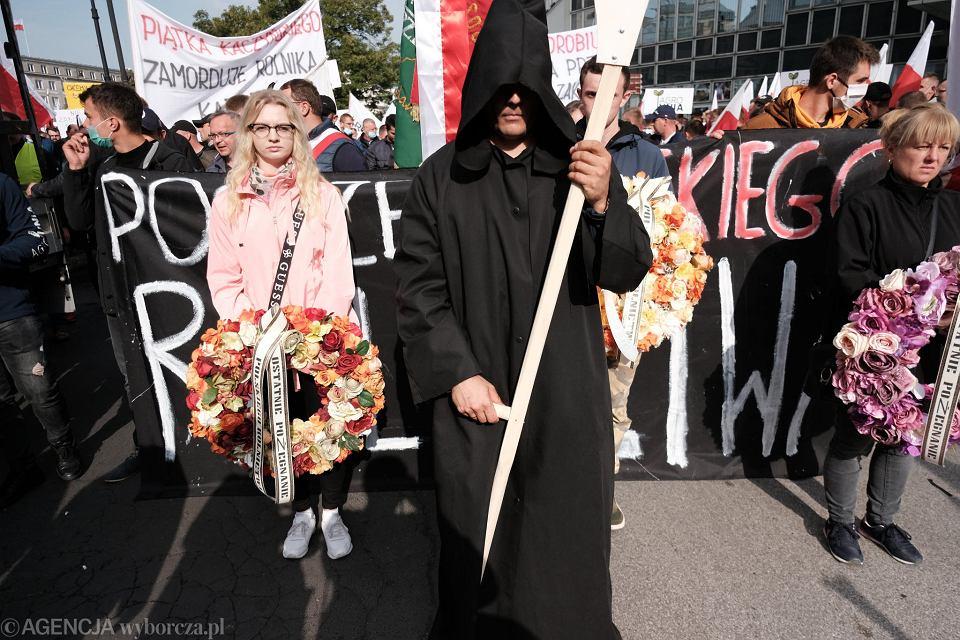 Protest rolników w Warszawie przeciwko PiS-owskiej 'piątce dla zwierząt' (m.in zakazowi hodowli zwierząt na futra i zakazowi uboju rytualnego)