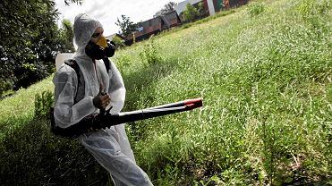 opryskiwanie płynem przeciw komarom