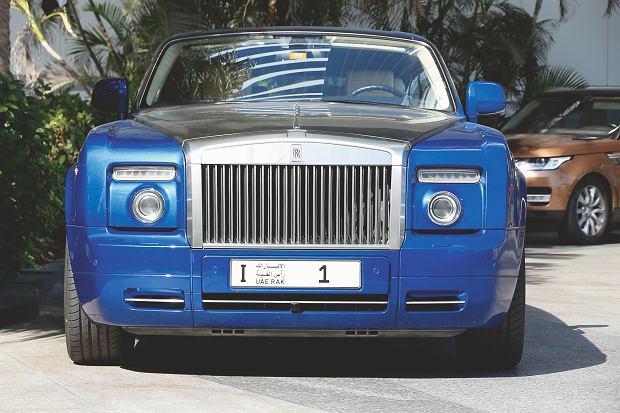 Ta tablica nr 1 (z I na przedzie) kosztowała właściciela 2,3 mln dol., inny za tablicę 'D0 BUZI'. nr 1 (z 3 na przedzie) zapłacił 4,9 mln. W Emiratach każda jedynka jest na wagę złota.
