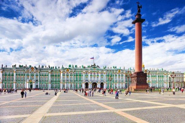 Słynny Pałac Zimowy w Petersburgu, fot. Brian Kinney / shutterstock.com