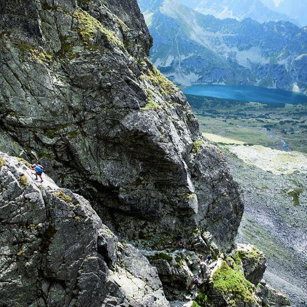 Orla Perć to jedna znajtrudniejszych tras turystycznych wTatrach. Pokonanie 4,5 km wąską ścieżką,  nad przepaściami zajmuje 6-7 godzin.