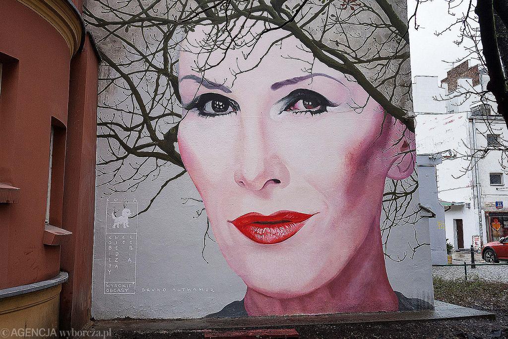 Mural z portretem piosenkarki Kory Sipowicz w Warszawie