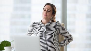 Jednym z najczęstszych objawów stresu są bóle kręgosłupa i mięśni. Dzieje się tak za sprawą hormonów stresu, które powodują większe napięcie mięśni i ich sztywność.