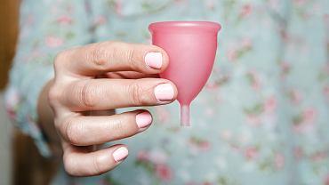 Wiele kobiet zastanawia się, czy kubeczek menstruacyjny jest bezpieczny. Podpowiadamy, jak poprawnie go aplikować