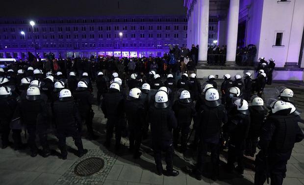 Lempart: Kaczyński zgromadził całą policję częściowo przed kościołami, ale głównie przed swoim domem, bo jest ostatnim tchórzem (fot: Kuba Atys/ Agencja Gazeta)