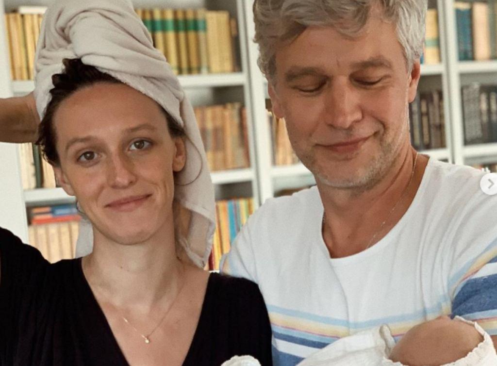 Aleksandra Żebrowska kąpie się z dzieckiem