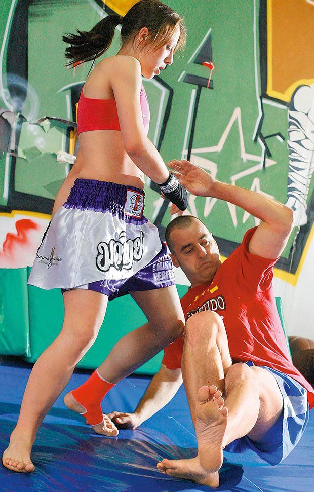 Mój pierwszy raz: sparing z mistrzynią muay thai, mój pierwszy raz, sztuki walki, Muay thai to także obalenia. Niższej ode mnie o głowę Aśce nie sprawia większego problemu sprowadzenie mnie do parteru.