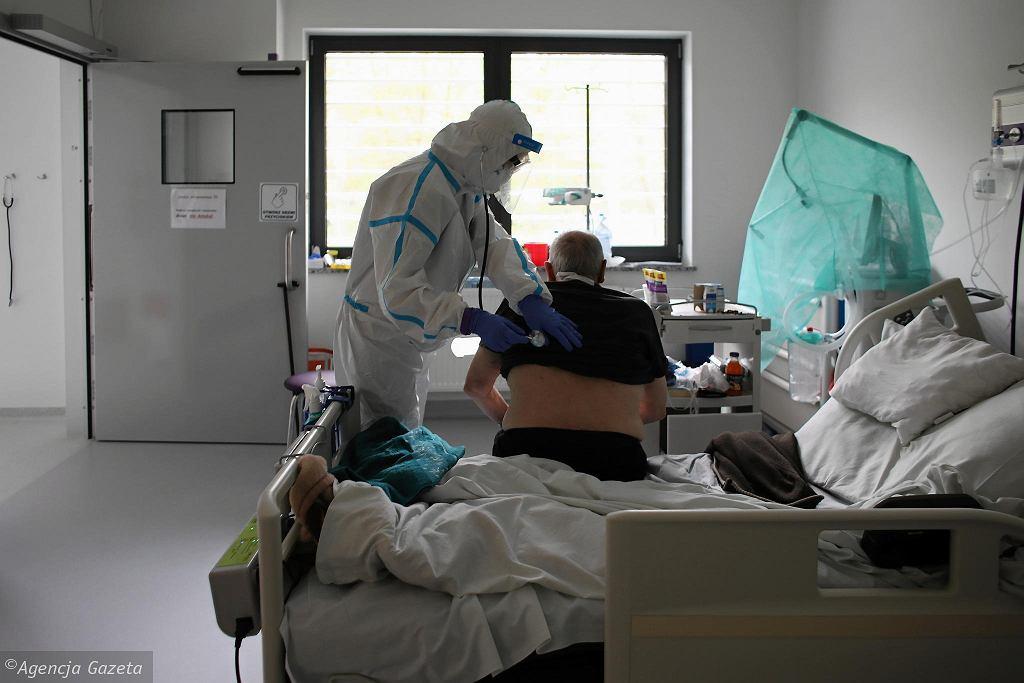 W szpitalach codziennie przybywa pacjentów zakażonych koronawirusem