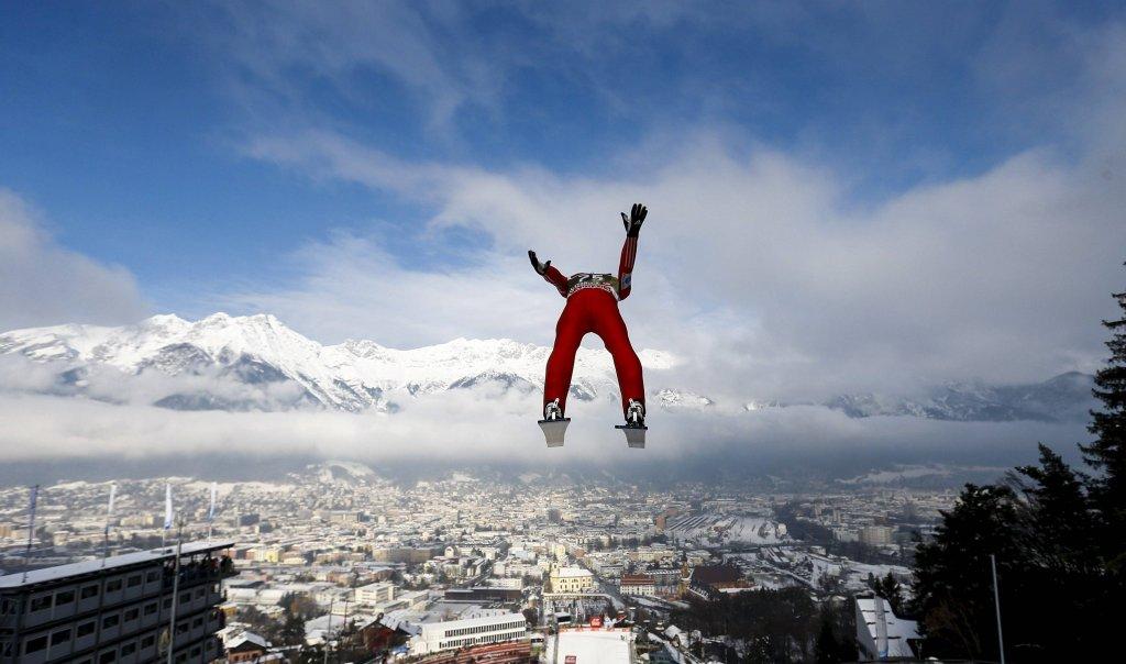 Do odważnych piękne widoki należą! Norweg <b>Anders Fannemel</b> we wspaniałych okolicznościach przyrody podczas treningu do konkursu skoków narciarskich w Innsbrucku (Turniej Czterech Skoczni)