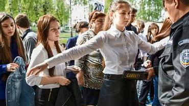 Nastolatka musiała zdjąć biustonosz by przystąpić do egzaminu