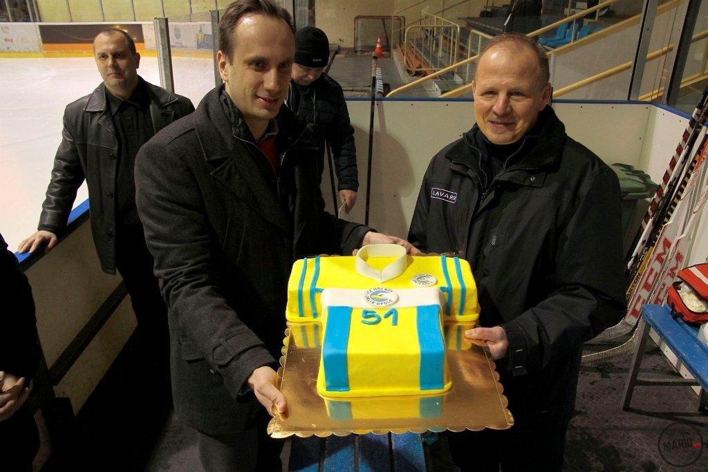 Wiceprezydent Opola Janusz Kowalski i trener Orlika Jacek Szopiński, który otrzymał tort z okazji 51. urodzin