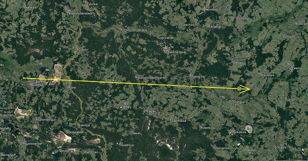 Trasa lotu meteoroidu. Żółty punkt przed strzałką to miejsce eksplozji