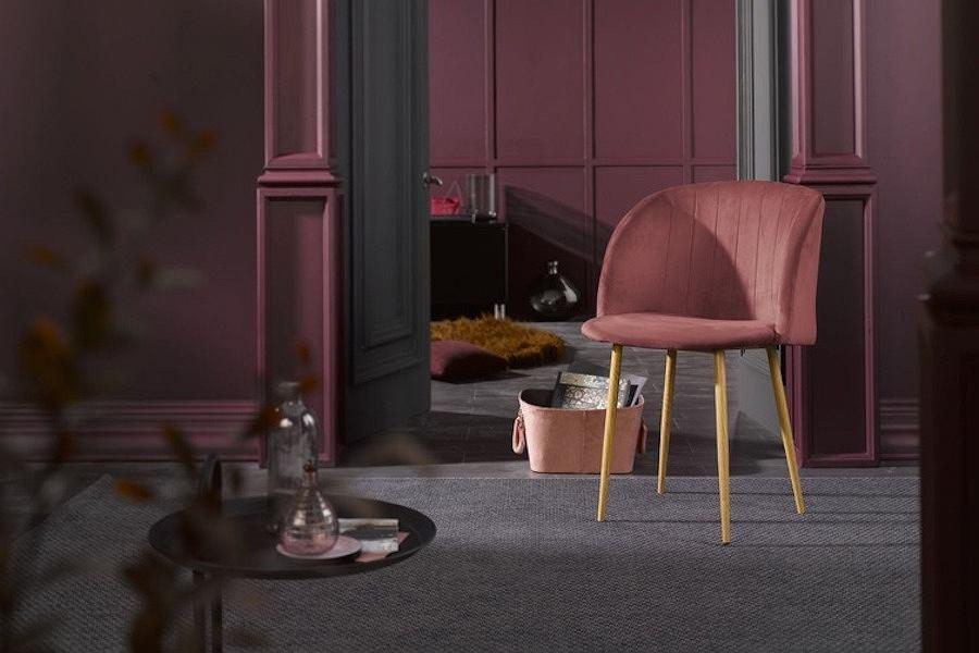 Tapicerowane krzesło na metalowych nogach