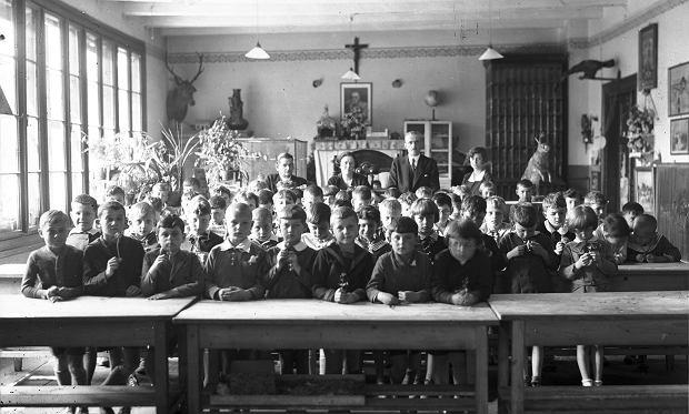 Uczniowie i nauczyciele w klasie w Szkole Powszechnej im. św. Wojciecha w Krakowie