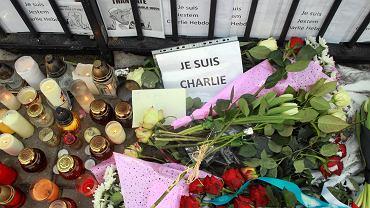 """Kwiaty i znicze pod ambasadą Francji w Warszawie złożone po ataku terrorystów na redakcję pisma """"Charlie Hebdo"""" w Paryżu"""