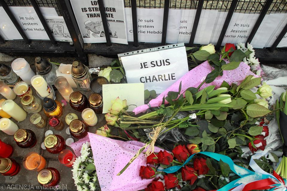Kwiaty i znicze pod ambasadą Francji w Warszawie złożone po ataku terrorystów na redakcję pisma