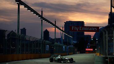 Nico Rosberg z Mercedesa podczas ostatniej, czyli sobotniej sesji treningowej. Bardziej uwagę przykuwa chyba jednak to niebo!