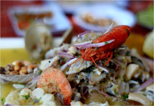 Bogata wersja ceviche - oprócz ryby podane są też owoce morza/ Fot. Filip Faliński, www.stacjafilipa.pl