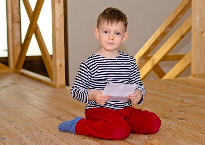 Chłopiec siedzący w pozycji W