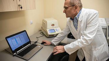 Badanie w kierunku SARS-Cov-2 jest badaniem genetycznym, i trwa kilka godzin. Jest niemal całkowicie skomputeryzowane, wyniki wyświetlają się na laptopie  - tłumaczy Paweł Gruszczyński, kierownik laboratorium w Wielkopolskim Centrum Pulmonologii i Torakochirurgii.