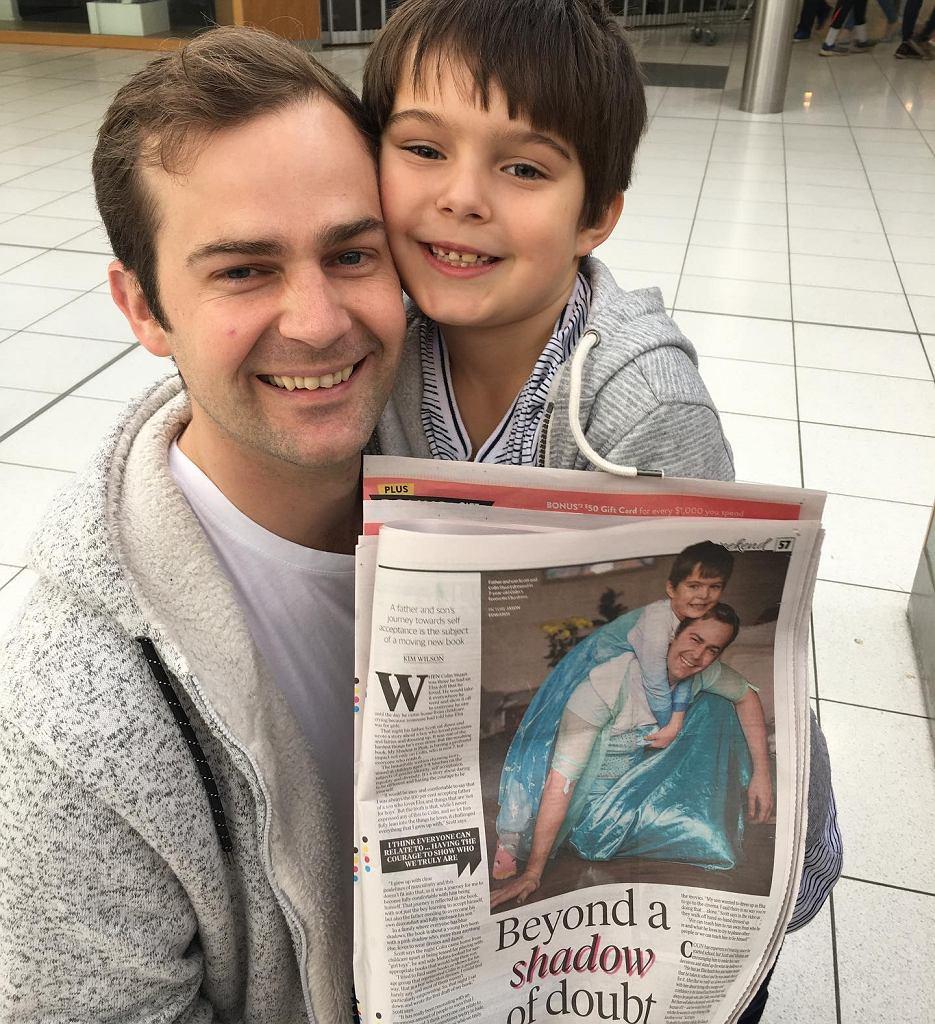Scott Stuart i jego syn w lokalnej gazecie