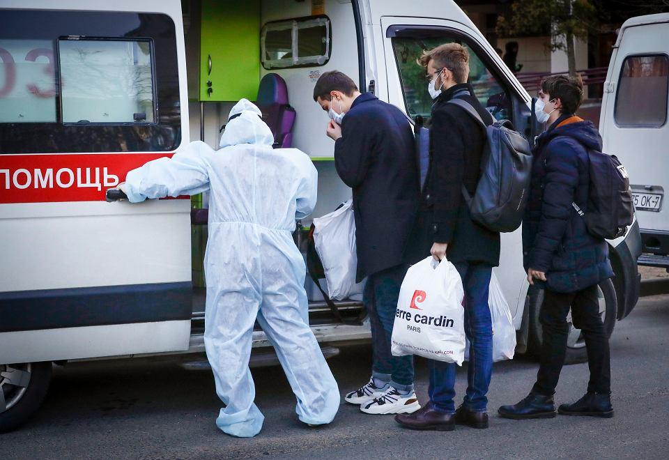 Białoruscy studenci z  podejrzeniem infekcji koronawirusem wsiadają do karetki, która odwiezie ich na badania. Mińsk, 13 marca 2020 r.