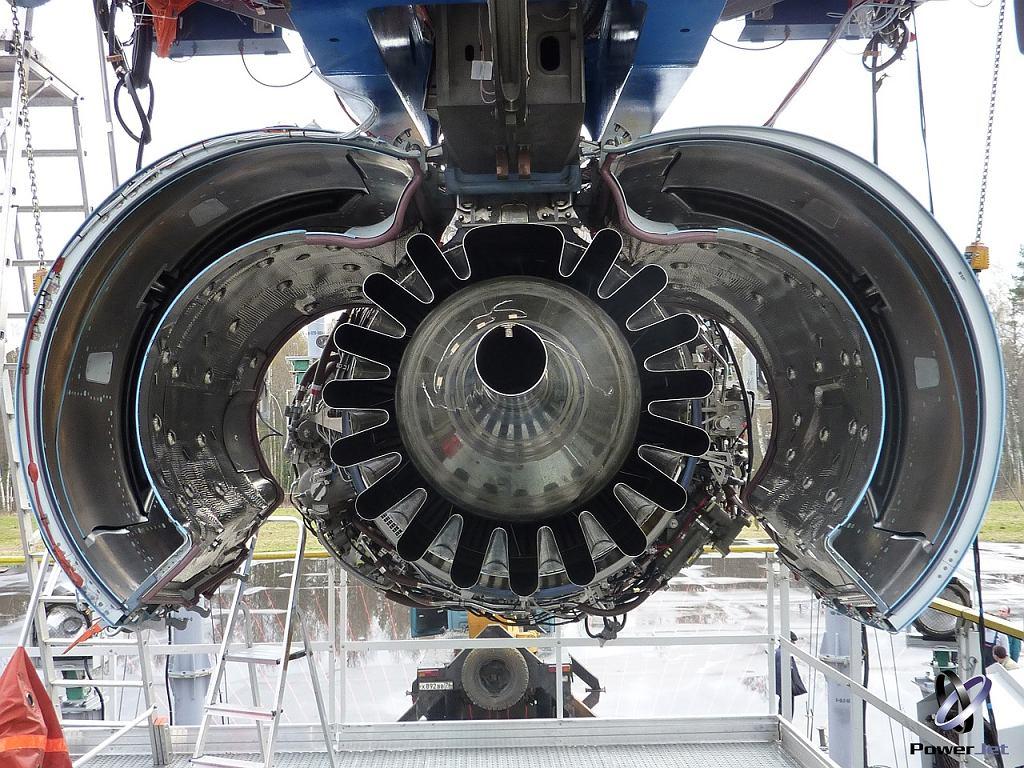 Silnik SaM146 widoczny od tyłu z otwartą osłoną podczas prób