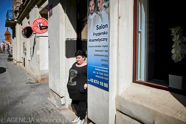Marzena Matusiak, właścicielka salonu fryzjerskiego Wicherek przy ul. Kilińskiego w Łodzi. Z powodu koronawirusa jej firma przeżywa ogromny kryzys.