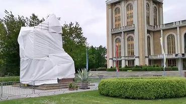 Zasłonięty pomnik Jana Pawła II i Eugeniusza Makulskiego przed sanktuarium w Licheniu. Kadr z filmu udostępnionego na portalu LM.pl