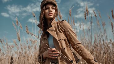 Trencz damski w klasycznej formie jest zazwyczaj beżowy. Zdjęcie ilustracyjne, Maria Svetlychnaja/shutterstock.com