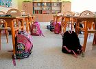"""Szkoły mają szafki, ale uczniowie i tak dźwigają ciężary. Co noszą w plecakach? """"Często dwa piórniki i zabawki"""""""