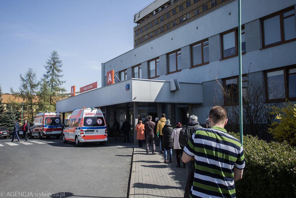 Kolejka pacjentów przed Centrum Onkologii na Ursynowie