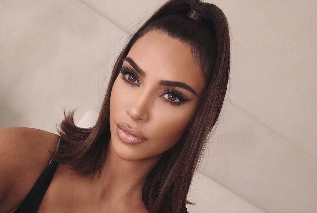 Kim Kardashian, konturowanie twarzy, bronzer