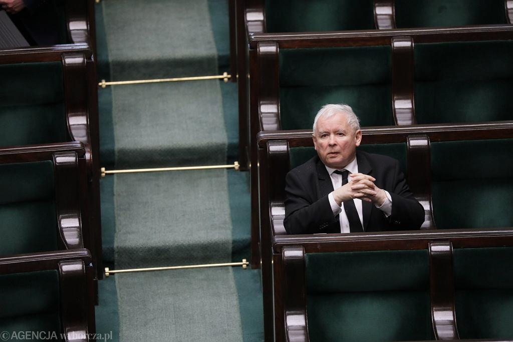 Prezes PiS Jarosław Kaczyński na sali plenarnej. Posiedzenie Sejmu w dobie pandemii koronawirusa, Warszawa, 31 marca 2020
