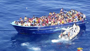 Jedna z łodzi z imigrantami znaleziona przez włoską straż przybrzeżną na Morzu Śródziemnym