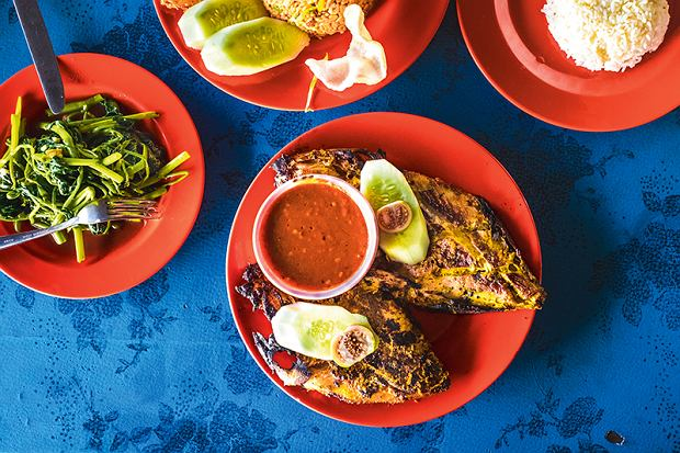 Ikan bakar, czyli pieczona ryba zdodatkami: ostrym sambalem, ryżem igotowanym szpinakiem wodnym.